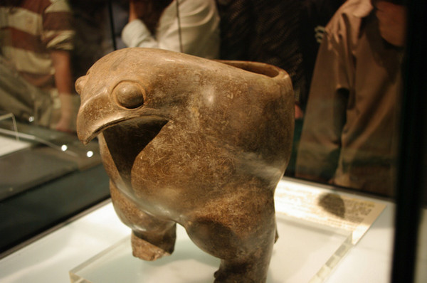 Neolithic_pottery_eagle_ding
